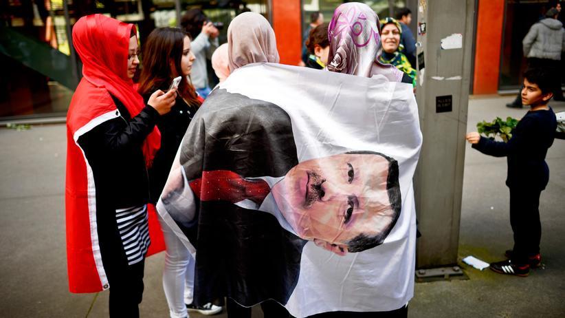 Recep Tayyip Erdoğan: Teilnehmerinnen einer Veranstaltung des türkischen Präsidenten Recep Tayyip Erdoğan 2014 in Köln