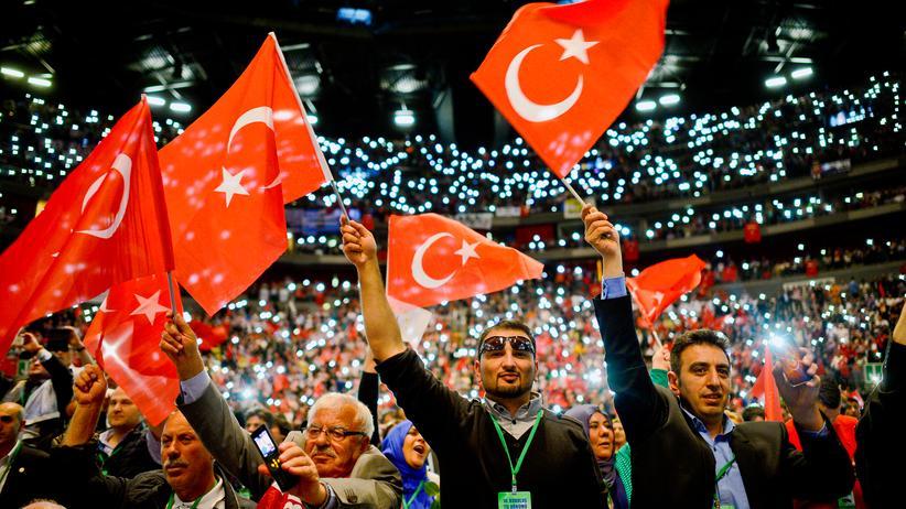 AKP: Anhänger des türkischen Präsidenten Recep Tayyip Erdoğan bei einem Auftritt in Köln im Mai 2014