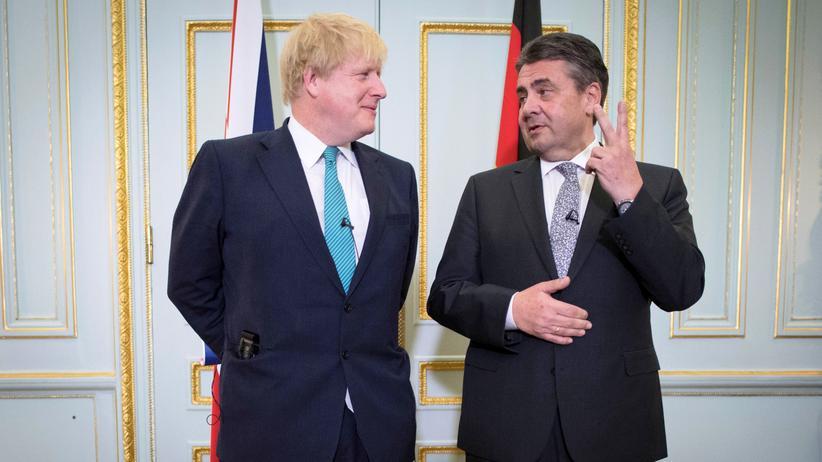 Sigmar Gabriel in London: Der britische Außenminister Boris Johnson und sein deutscher Amtskollege Sigmar Gabriel in London (v.l.)