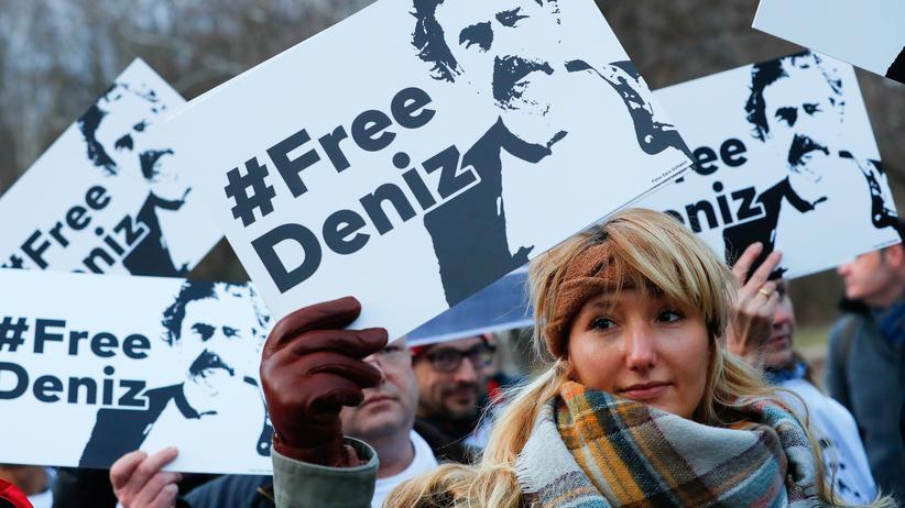 Deniz Yücel: Demonstranten vor der türkischen Botschaft in Berlin
