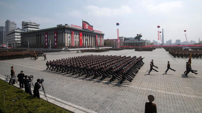 UN-Sicherheitsrat: Soldaten der Koreanischen Volksarmee marschieren am 105. Todestag des Staatsgründers Kim Il-Sung in Pjöngjang.