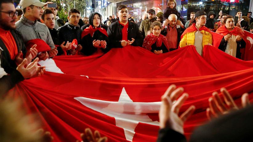 Türken in Deutschland: Erdoğan-Unterstützer auf dem Ku'damm in Berlin am Tag des Referendums