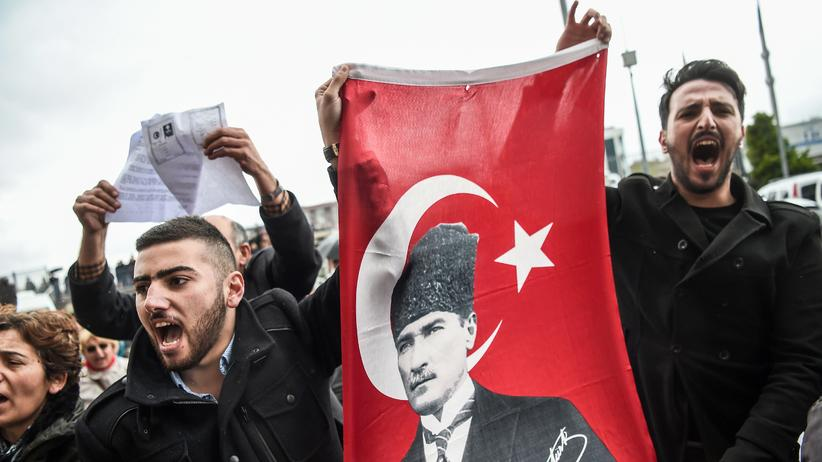 Verfassungsreferendum: Anhänger der türkischen Oppositionspartei CHP demonstrieren in Istanbul wegen Unregelmäßigkeiten beim Verfassungsreferendum mit einem Bild von Staatsgründer Atatürk.