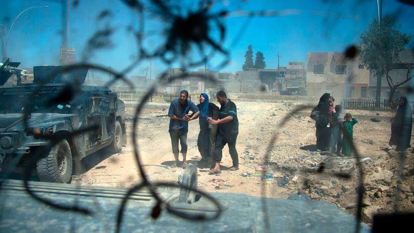 Nato-Beschluss: Zivilisten fliehen in Mossul während einer Militäraktion der irakischen Armee gegen den IS.