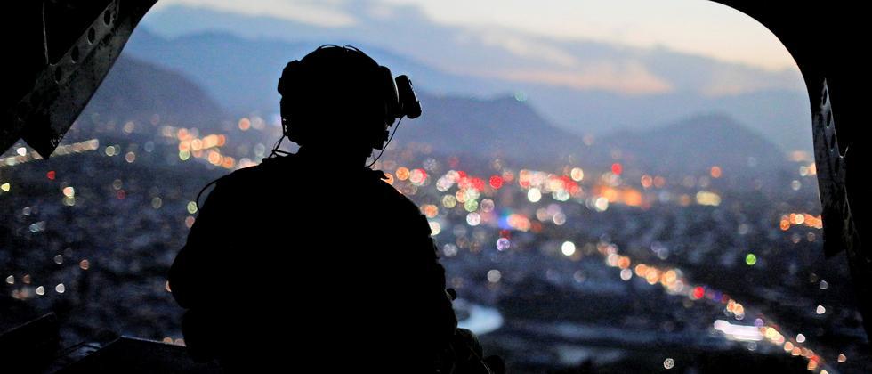 Ein US-Soldat in einem Helikopter über Kabul