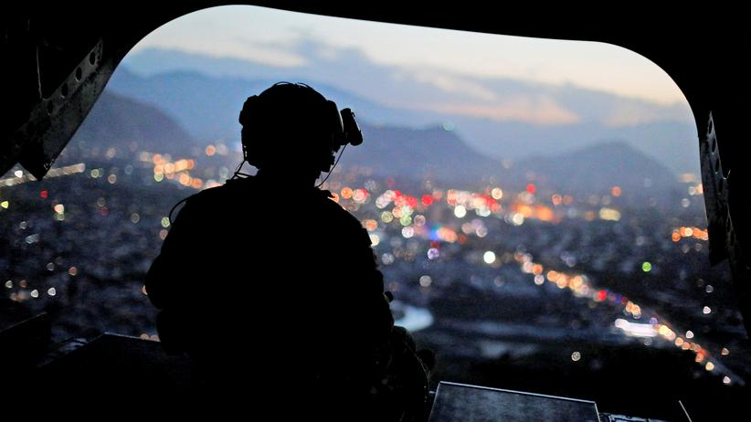 Afghanistan: Ein US-Soldat in einem Helikopter über Kabul