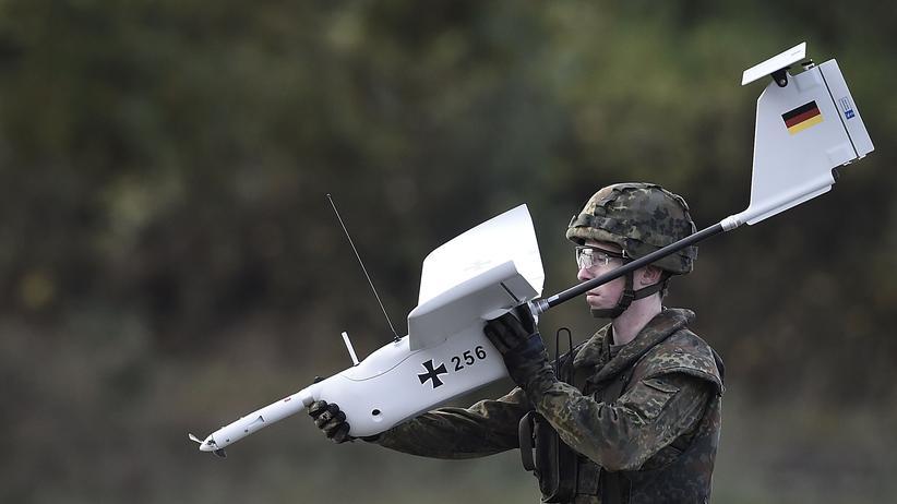 Verteidigungspolitik: Bundeswehrsoldat während einer Übung mit einer Drohne