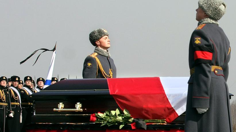 Flugzeugabsturz in Smolensk: Fremde Leichenteile in Lech Kaczyńskis Sarg entdeckt