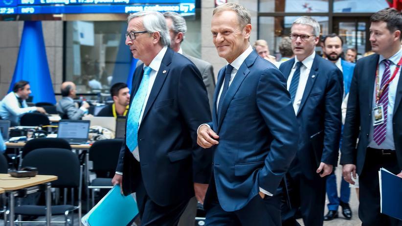 EU-Gipfel: Die EU-Spitzenmänner Juncker und Tusk (Mitte) zu Beginn des EU-Gipfels in Brüssel