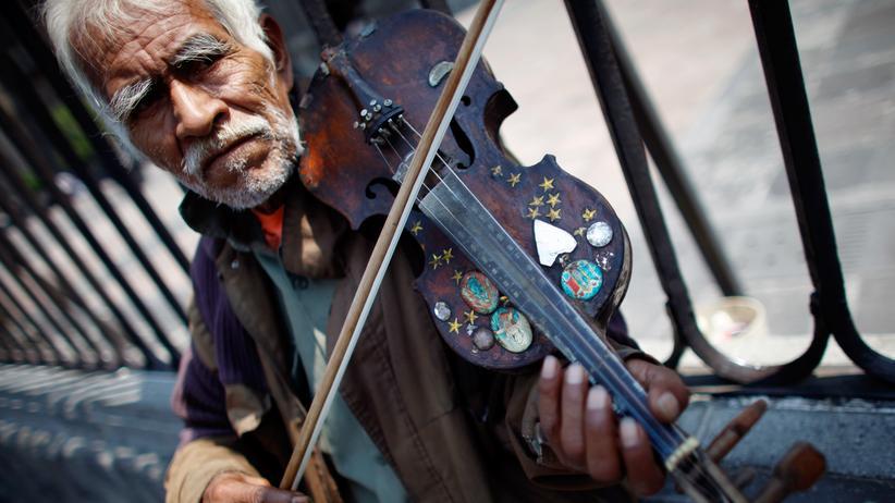 OECD: Spielen um ein wenig mehr Geld: Ein Straßenkünstler in Mexiko City