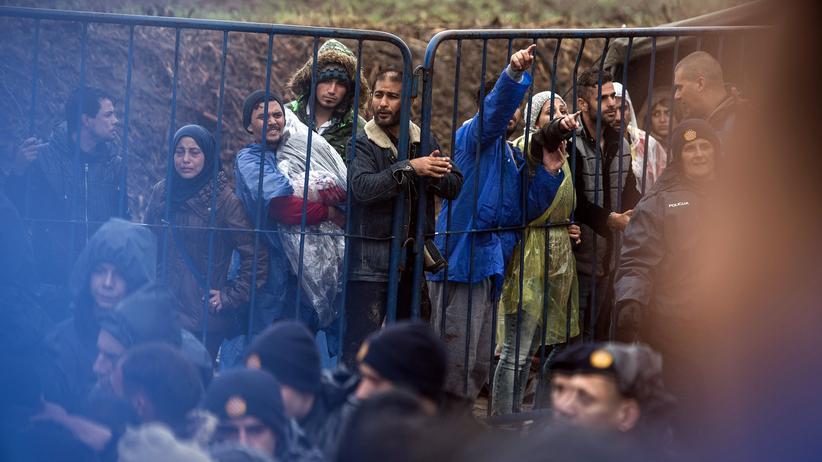 Dublin-III-Verordnung: Szenen aus der Flüchtlingskrise 2015: Migranten warten an der Grenze zwischen Serbien und Kroatien, um in das EU-Land einreisen zu können.