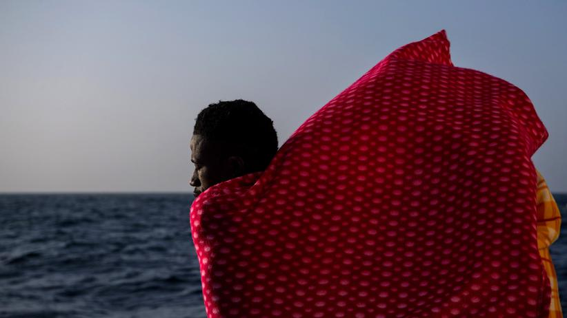 Flüchtlinge: Ein Migrant aus Togo an Bord eines Rettungsschiffes vor der libyschen Mittelmeerküste