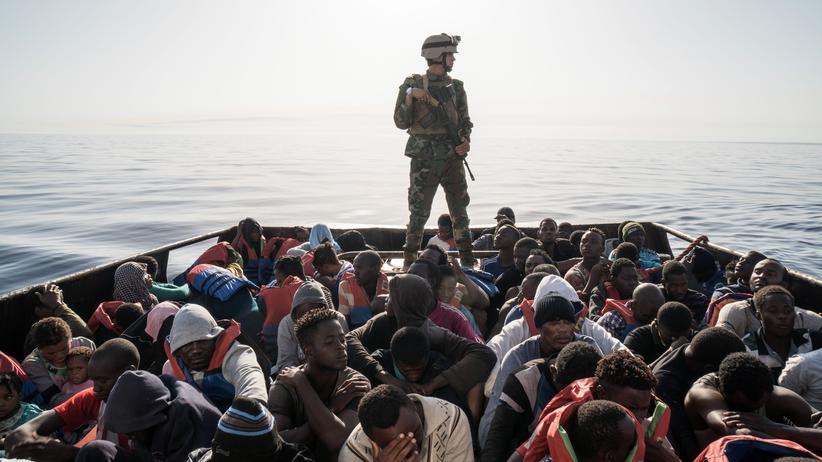 Flüchtlinge: Ein libyscher Küstenwächter auf einem Boot mit 147 Flüchtlingen auf dem Weg nach Europa