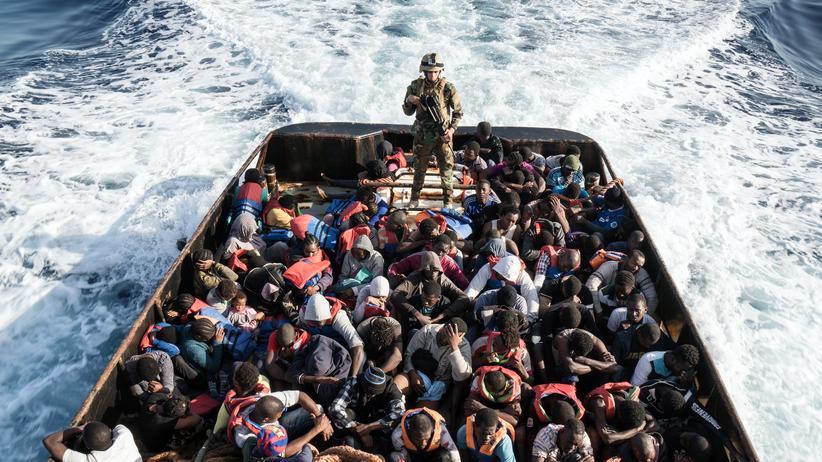 Flüchtlinge: Ein Soldat der libyschen Küstenwache auf einem Boot mit 147 Geflüchteten