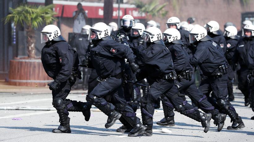 Olaf Scholz: Polizisten im Einsatz gegen G20-Gegner im Hamburg