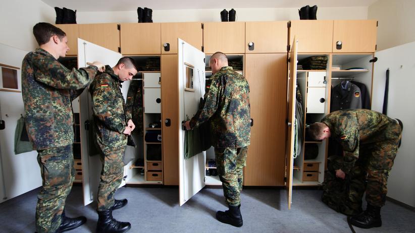 Bundeswehr: Soldaten der Bundeswehr in der Umkleidekabine