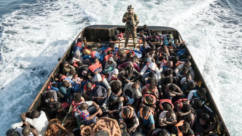 Flüchtlinge: Ein Angestellter der libyschen Küstenwache auf einem Boot, auf dem 147 Menschen über das Mittelmeer nach Europa fahren wollten.