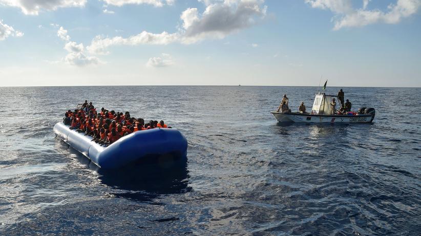 Mittelmeer: Ein Boot der libyschen Küstenwache während einer Rettungsaktion von Flüchtlingen im Mittelmeer