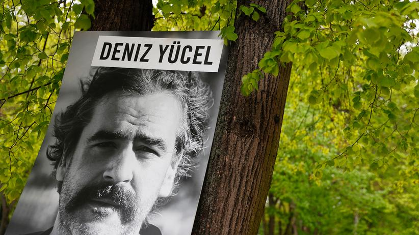 Recep Tayyip Erdoğan: Plakat mit dem Bild des in der Türkei inhaftierten Journalisten Deniz Yücel während eines Protestes von Amnesty International vor türkischen Botschaft in Berlin