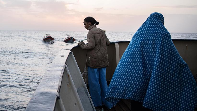 Seenotrettung: Sie wurde aus einem Schlauchboot gerettet, 24 Meilen nördlich der libyschen Hafenstadt Sabratha. Nun bringt sie die Golfo Azzurro, ein Rettungsschiff der spanischen Hilfsorganisation Proactiva Open Arms, in einen sicheren Hafen.