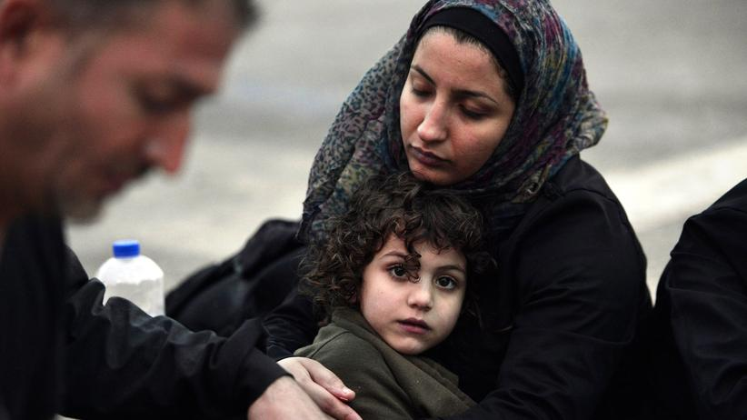 Flüchtlinge: Eine syrische Mutter wärmt ihr Kind nach der Ankunft auf der Insel Lesbos im Sommer 2015.