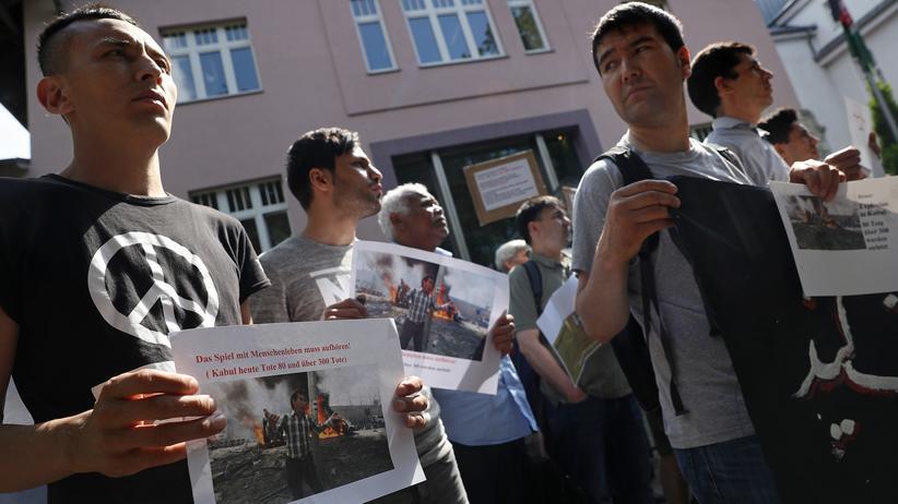 Asylpolitik: Afghanen protestieren vor der deutschen Botschaft in Kabul gegen geplante Abschiebungen aus Deutschland.