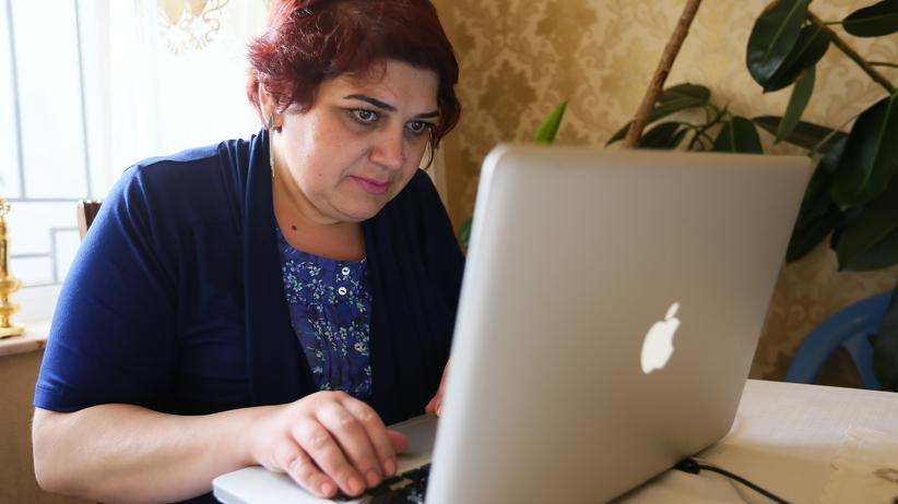 Aserbaidschan: Die Journalistin Khadija Ismayilova an ihrem Laptop