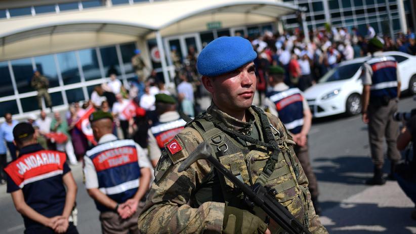 Türkei-Politik: Türkische Gendarmen vor einem Gericht