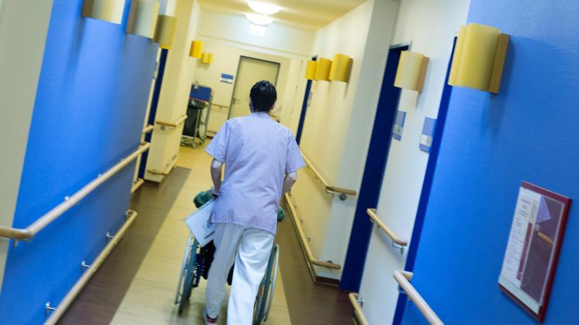 Wahlkampf: Pflegeverbände kritisieren, dass einzelne Mitarbeiter zu wenig Zeit für die Betreuung von Patienten hätten.