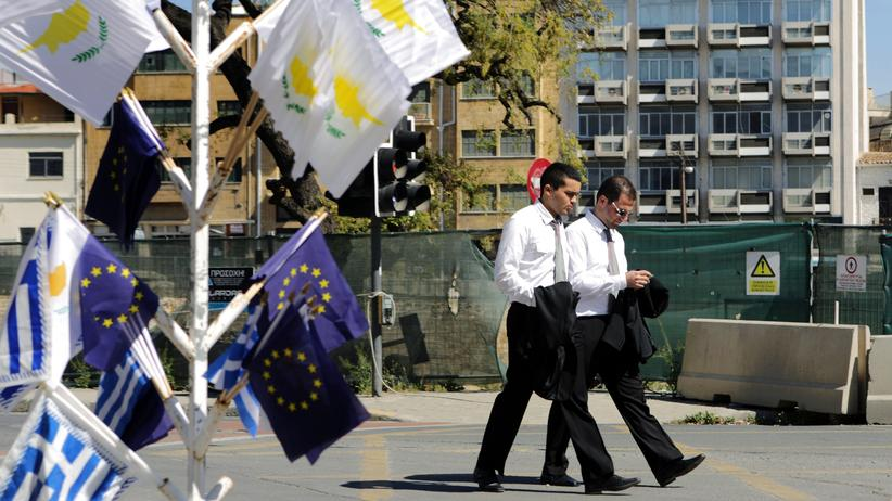 EU: Die Flaggen der EU, Griechenland und Zypern in Nikosia