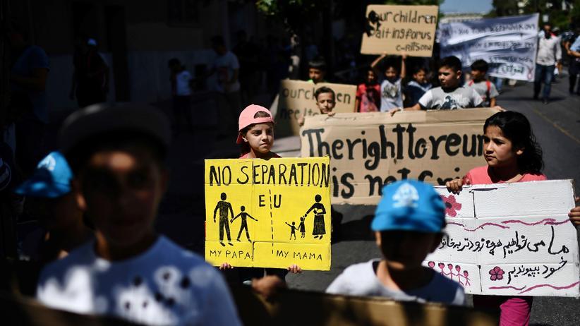 Zuwanderung: Vor der deutschen Botschaft in Athen demonstrieren Flüchtlinge gegen die Aussetzung des Familiennachzugs in Deutschland.