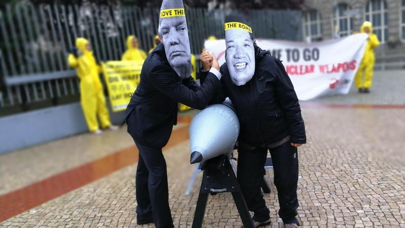 Ican: Fotoaktion von ICAN, IPPNW und DFG-VK vor der US-Botschaft gegen nukleares Säbelrasseln. Foto: Michael Schulze von Glaßer/DFG-VK