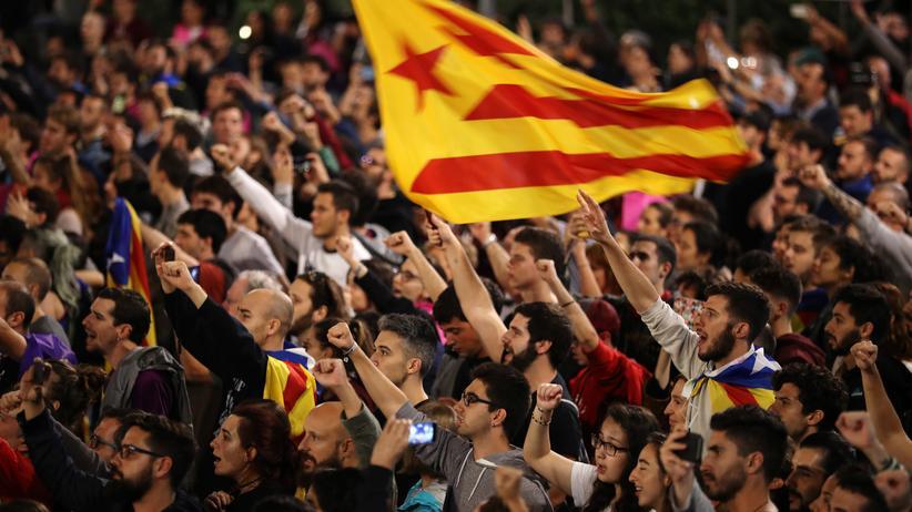 Spanien: Befürworter einer Unabhängigkeit Kataloniens warten in Barcelona auf die Bekanntgabe des Wahlergebnisses.