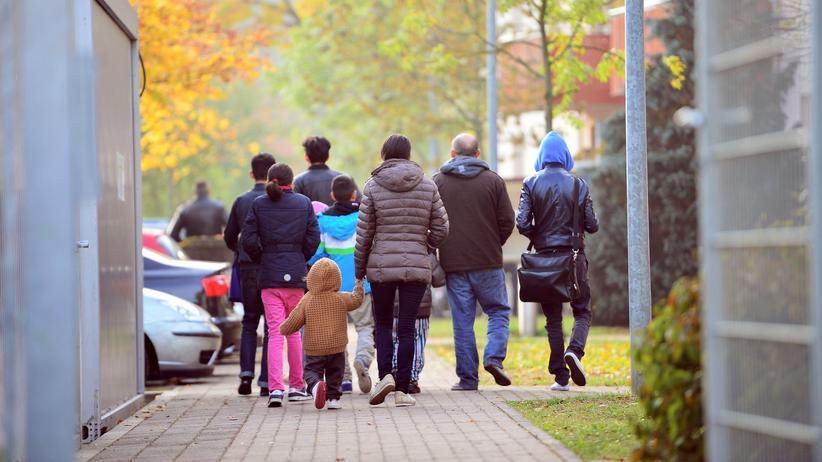Syrien: Geflüchtete laufen in Bamberg zur Ankunfts- und Rückführungseinrichtung.