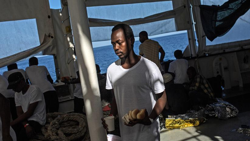 Flüchtlinge: Ein Flüchtling auf einem Rettungsboot im Mittelmeer
