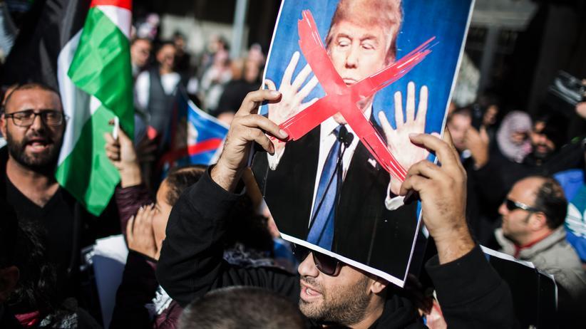 Israel: Ein Palästinenser demonstriert in Jerusalem gegen Trumps Entscheidung, Jerusalem als Hauptstadt Israels anzuerkennen.