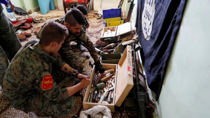 Terrorismus: Soldaten der SDF-Miliz untersuchen im Oktober 2017 von IS-Kämpfern zurückgelassende Waffen in Rakka.