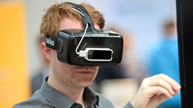 Europäische Union: Ein Besucher probiert eine Oculus-Rift-Brille auf der Cebit in Hannover aus. (2016)