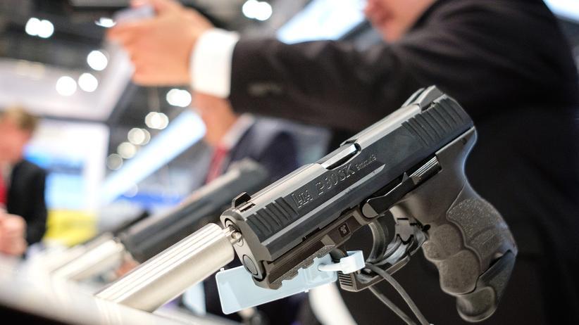 Waffenhersteller: Waffen von Heckler & Koch werden auf einer Messe präsentiert