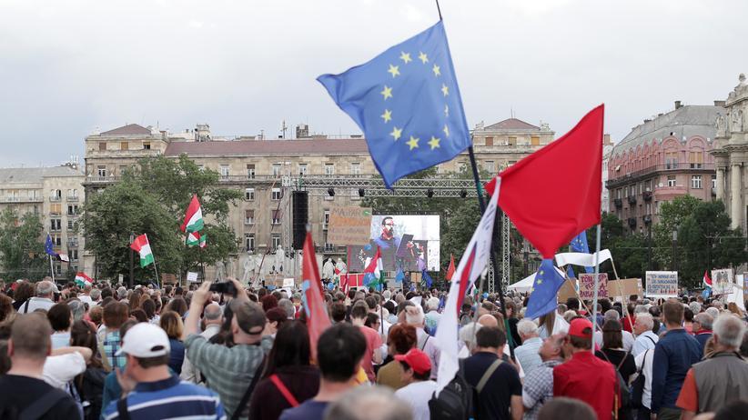 Europäische Union: Menschen protestieren gegen die Regierung von Ungarns Ministerpräsident Viktor Orbán in Budapest am 8. Mai 2018