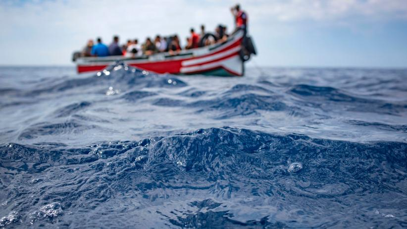 Migration: Ein Schiff mit Geflüchteten nahe der Straße von Gibraltar
