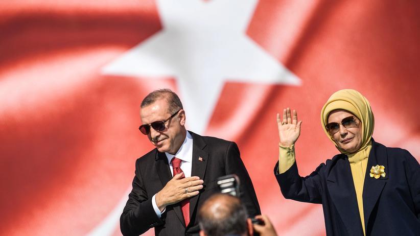 Außenminister: Der türkische Präsident Recep Tayyip Erdoğan gemeinsam mit seiner Ehefrau Emine Erdoğan