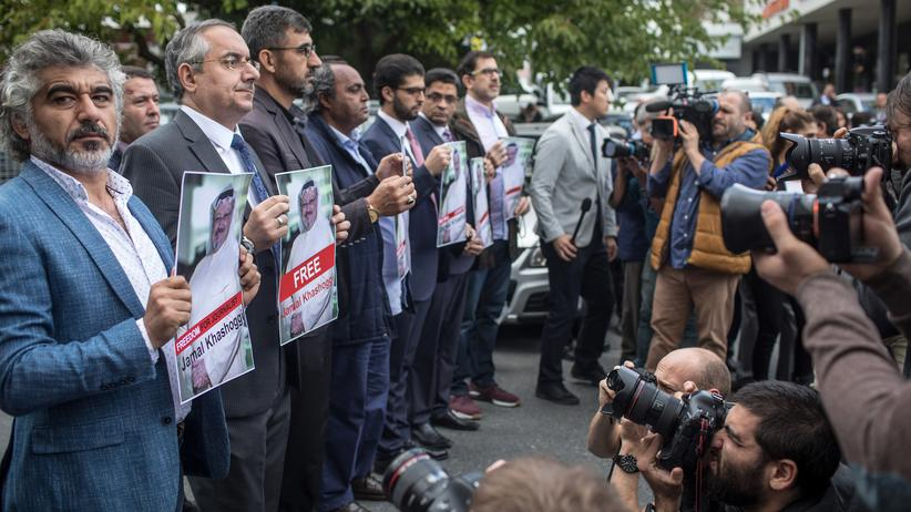 Naher Osten: Demonstranten mit Plakaten des vermissten saudischen Journalisten Jamal Khashoggi vor der saudischen Botschaft in Istanbul