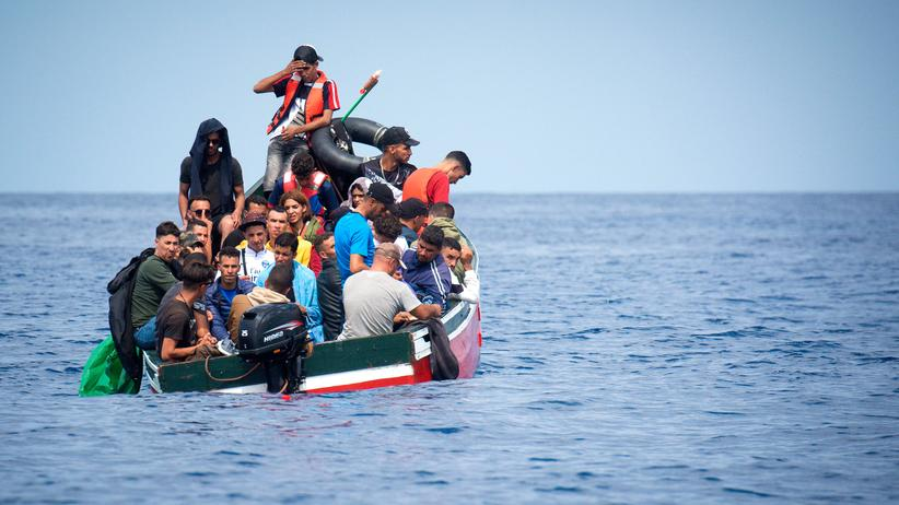Flucht über das Mittelmeer: Migranten werden von der spanischen Küstenwache gerettet.