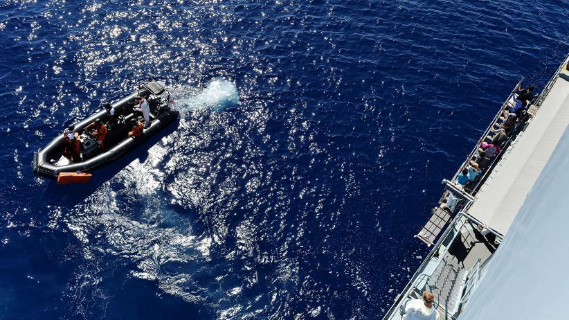 Seenotrettung: In den vergangenen Jahren wurden mit der Marinemission Sophia Zehntausende Flüchtlinge gerettet. Im Bild die Fregatte Werra der deutschen Marine