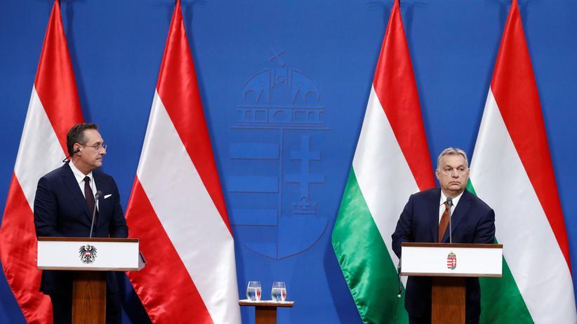 Europawahl: Ungarns Ministerpräsident Viktor Orbán (r.) tritt nach einem Treffen mit dem österreichischen Vizekanzler in Budapest mit seinem Gast vor die Presse.
