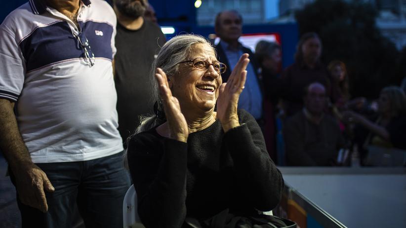 Internationale Presseschau: Eine Anhängerin der griechischen Oppositionspartei Nea Demokratia freut sich über die Wahlergebnisse. In Griechenland fanden zeitgleich mit der Europawahl auch Regionalwahlen statt.