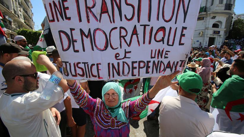 Algerien: Eine Woche vor dem Nationalfeiertag forderte eine Demonstrantin einen demokratischen Machtwechsel und eine unabhängige Justiz auf einem Protestmarsch in der Hauptstadt Algier.