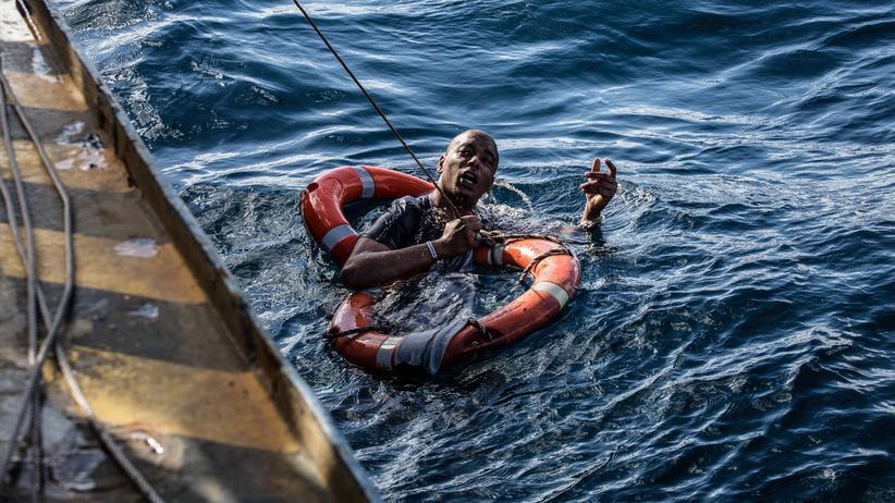 Migration: Ein Mann wird mit Rettungsringen und einem Seil aus der Mittelmeerküste vor Malte gerettet. (Archivbild, Januar 2019)
