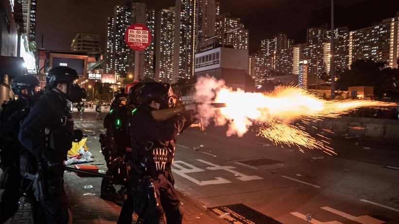 Hongkong: Polizisten in Hongkong beim Einsatz von Tränengas gegen Demonstranten.
